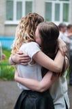 两个拥抱女孩 免版税库存照片