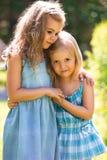 两个拥抱的逗人喜爱的小女孩 库存照片