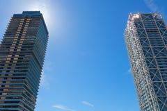 两个摩天大楼在巴塞罗那,卡塔龙尼亚,西班牙 库存照片