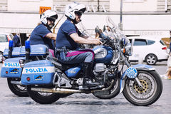 两个摩托车的意大利警察警察 意大利罗马 免版税库存照片