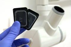 两个数字式牙齿radiograpphy (RVG)传感器和X光射线管朝向 库存照片