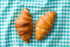 两个新月形面包 免版税库存照片