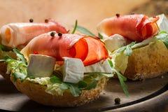 两个新鲜的三明治由帕尔马火腿和咸味干乳酪乳酪制成 免版税库存照片
