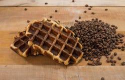两个新鲜的奶蛋烘饼用咖啡豆 免版税库存照片