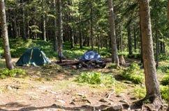 两个旅游帐篷在旅行与帐篷的森林里 图库摄影