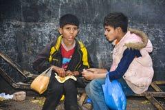 两个无家可归的可怜的孩子 库存图片