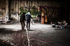 两个无家可归者供以人员 库存图片