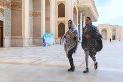 两个时兴的伊朗女孩穿过mo内在庭院  免版税图库摄影