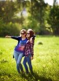 两个时髦的姐妹画象  免版税库存照片