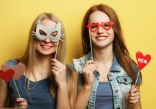 两个时髦的性感的行家女孩最好的朋友准备好党 免版税图库摄影