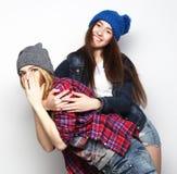 两个时髦的性感的行家女孩最好的朋友 图库摄影