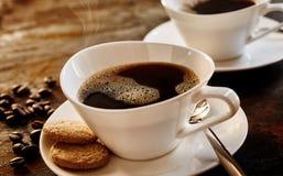 两个时髦的现代杯子无奶咖啡 免版税库存照片