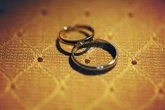 两个昂贵葡萄酒婚戒银和金黄与diamo 图库摄影
