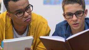 两个最佳的学校朋友为即将来临的检查做准备,一起做家庭作业 股票视频