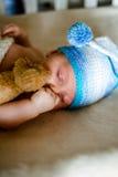 两个月的婴孩声音睡着在他的小儿床 免版税图库摄影