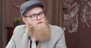 两个有胡子的男性开一个非正式业务会议在一家小餐馆 影视素材