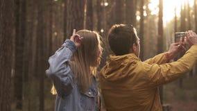 两个朋友做一selfie在电话在森林里 股票录像