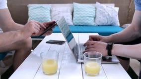 两个朋友在咖啡馆休息 影视素材