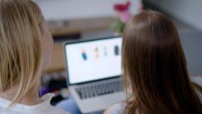 两个朋友安排了一次网上购物游览 网上商店允许您做购买,无需离开您的家 股票视频