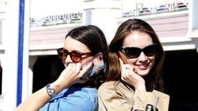 两个朋友手机讲话由后面 股票录像
