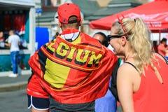 两个朋友支持比利时国家橄榄球队 免版税图库摄影