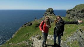 两个朋友沿爱尔兰西海岸的峭壁走 影视素材
