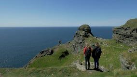 两个朋友沿爱尔兰西海岸的峭壁走 股票录像