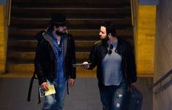 两个朋友等待通过隧道的火车 免版税库存图片