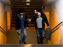 两个朋友等待通过隧道的火车 库存照片