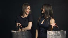 两个朋友谈论购物 股票录像