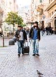 两个朋友,游人搜寻他们的智能手机的旅馆, 免版税库存图片