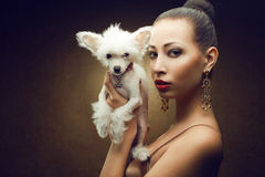两个朋友:与她的小狗的时兴的模型 免版税库存照片
