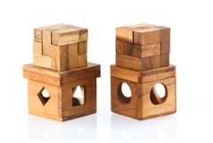 两个木难题-立方体 背景查出的白色 特写镜头 库存图片