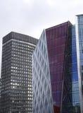 两个未来派看的摩天大楼大厦上面在伦敦 免版税库存照片