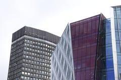 两个未来派看的摩天大楼大厦上面在伦敦 库存照片