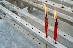 两个朱红色的蜡烛 库存照片