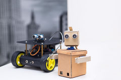 两个机器人在一个白色桌家的桌上 图库摄影