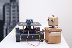 两个机器人在家在桌上 库存照片