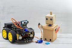 两个机器人在桌、机器人螺丝刀和导线上 免版税库存照片