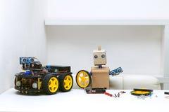 两个机器人在桌上,是聚集的零件 免版税库存图片