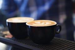两个杯子与艺术的热奶咖啡拿铁 库存照片