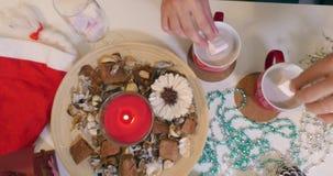 两个杯子与marshmellow的可口热的在桌上的可可粉和圣诞装饰 股票录像