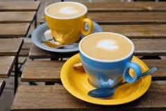 两个杯子可口热奶咖啡在一个夏日 库存图片