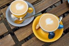 两个杯子可口热奶咖啡在一个夏日 免版税库存图片