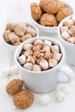 两个杯子可可粉用蛋白软糖和曲奇饼,顶视图 图库摄影