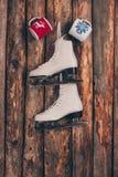 两个杯子和对白色冰鞋垂悬 免版税图库摄影