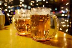 两个杯子啤酒在客栈 免版税库存照片