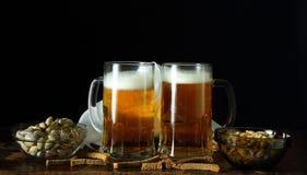 两个杯子在一个减速火箭的样式的啤酒 库存图片