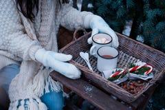 两个杯子在一个柳条筐的热的可可粉在一张木桌上 库存图片