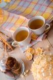 两个杯子在一块亚麻制黄色餐巾的热的茶 干八仙花属,柠檬,栗子,桂香 免版税图库摄影
